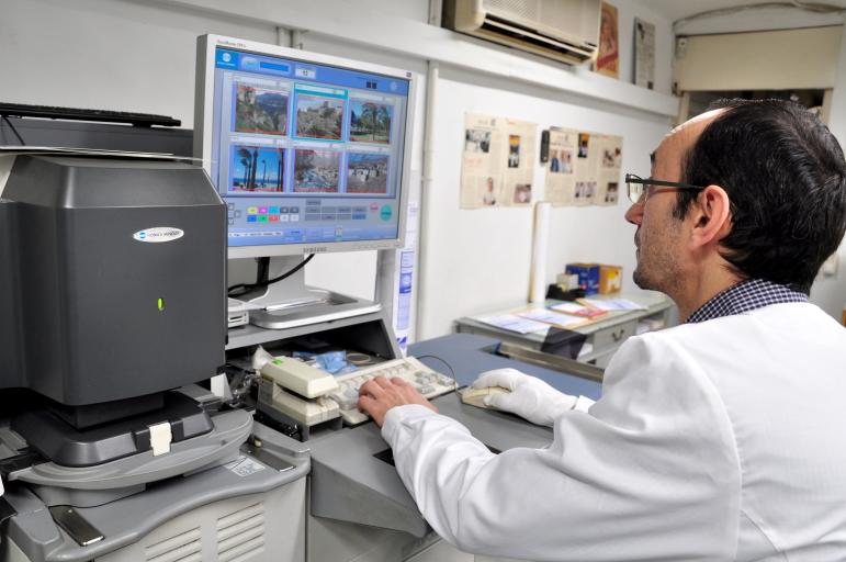 Revelado de carretes analógico tradicional en Colorvif laboratorio fotográfico profesional Barcelona